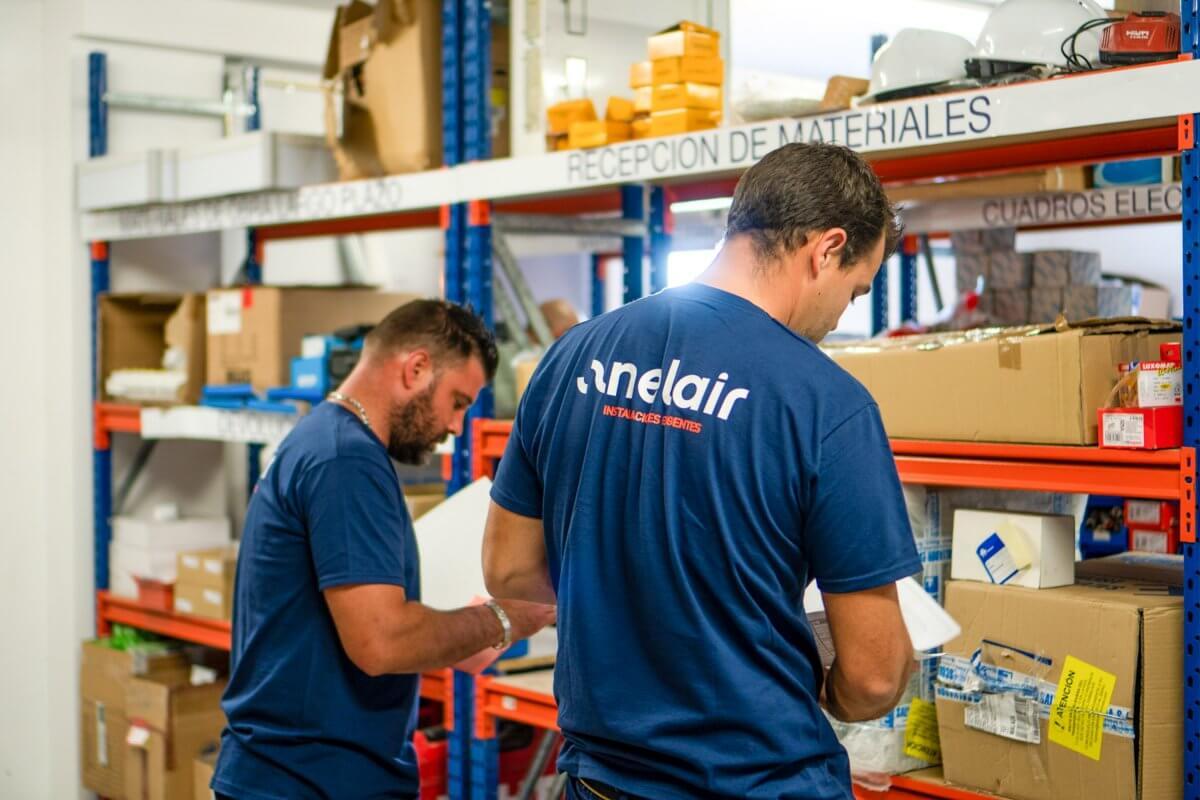 foto de los trabajadores de Anelair preparando un equipo de climatización