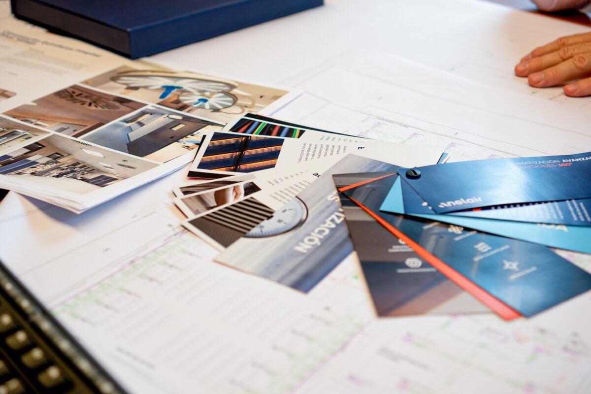 Imagen de un proyecto de Anelair desplegado sobre una mesa de trabajo