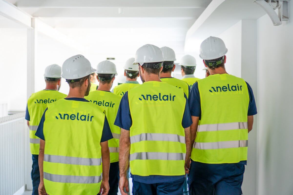 Imagen de un grupo de trabajadores de Anelair en un proyecto de climatización