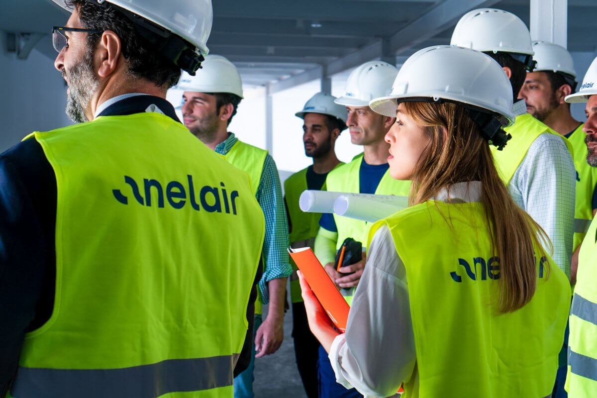 Imagen de un equipo de trabajadores de Anelair en las instalaciones de un proyecto
