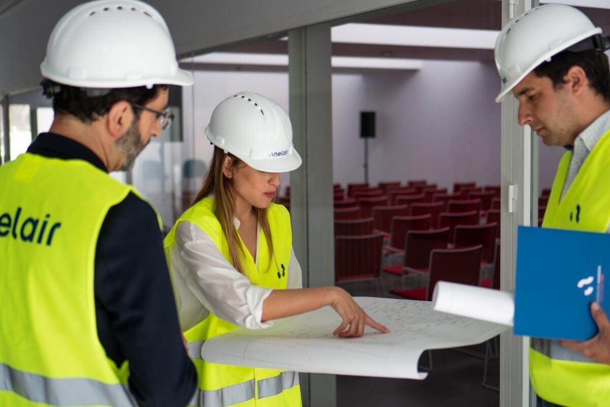 Equipo de Anelair diseñando la instalación de un sistema de detección de incendios