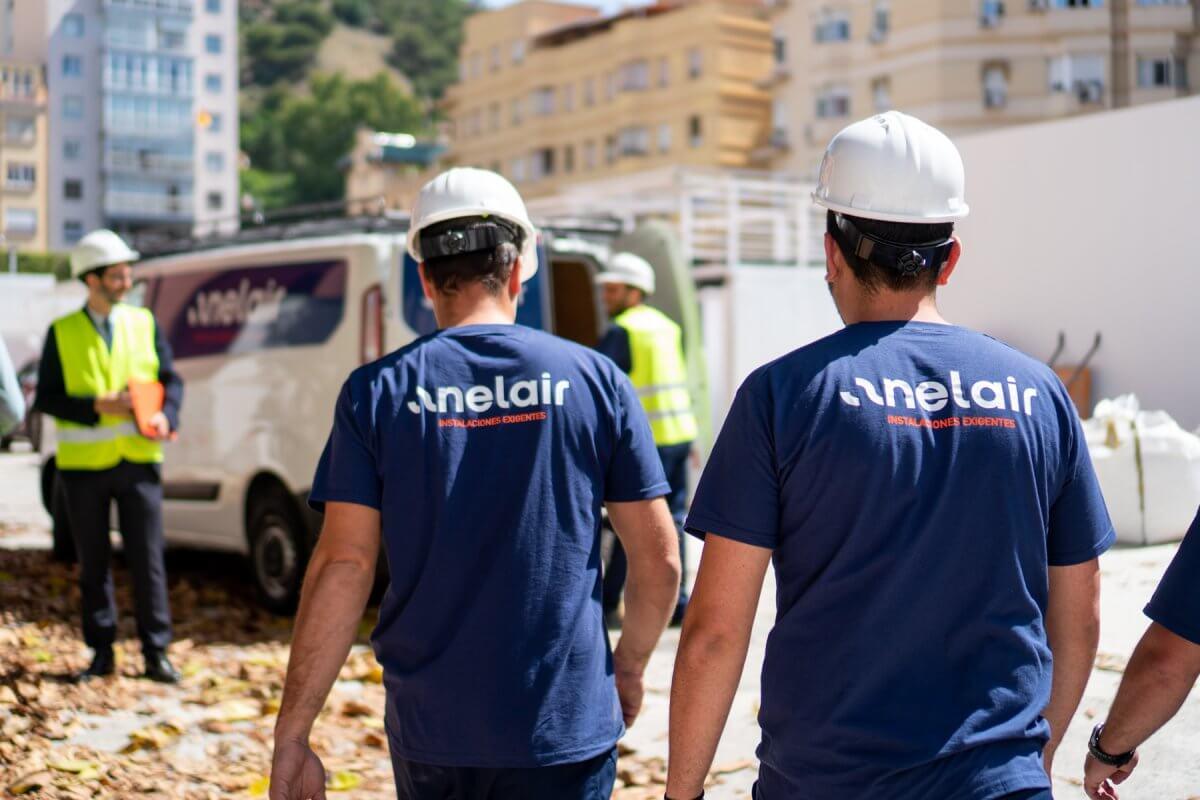 Imagen de varios trabajadores de Anelair instalando sistemas de climatización