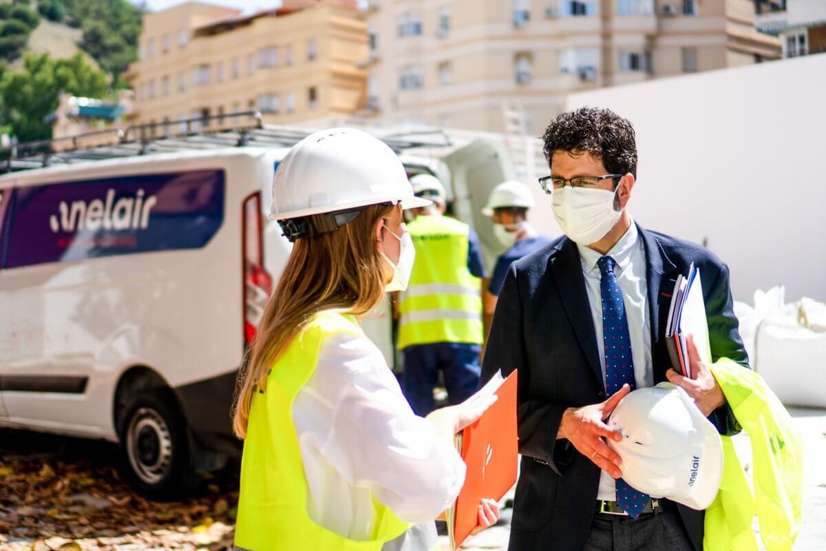 Imagen del CEO de anelair hablando con los trabajadores